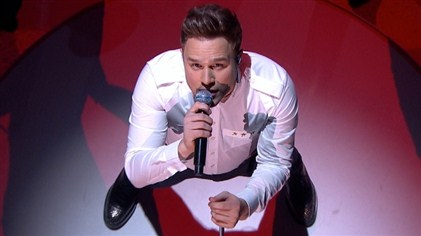 Olly Murs performs his new single Army of Two.