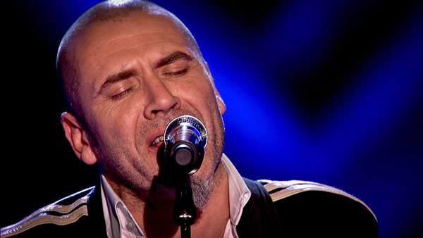 Rob Reynolds performs on The Voice 2013