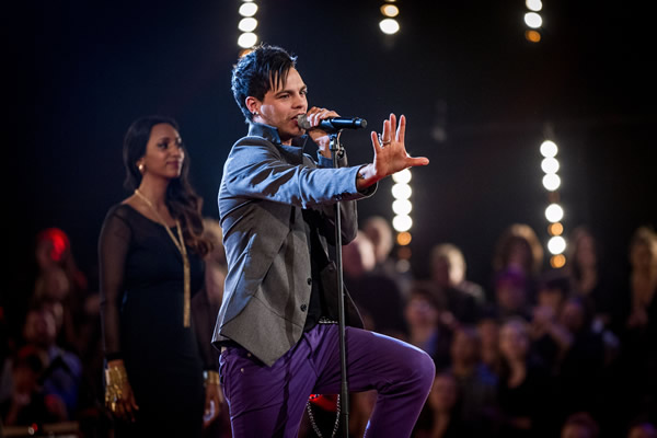 Alex Buchanan performs in the Knockouts in The Voice 2013 Episode 11